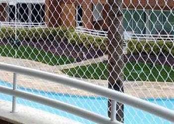 Instalação de rede de proteção para piscina